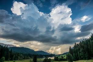Geroldsee or Wagenbruchsee, Karwendel behind, Krun nearの写真素材 [FYI02340371]