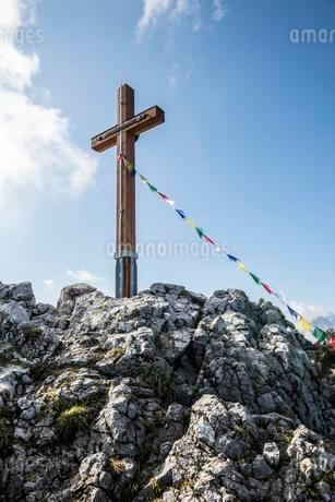 Summit cross and prayer flags at Jenner, National Parkの写真素材 [FYI02340388]