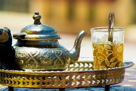 Glass with mint tea and silver teapot, Morocco, Africaの写真素材 [FYI02340391]