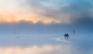 Fishing boat on the mist-shrouded Untersee, Radolfzellの写真素材 [FYI02340412]