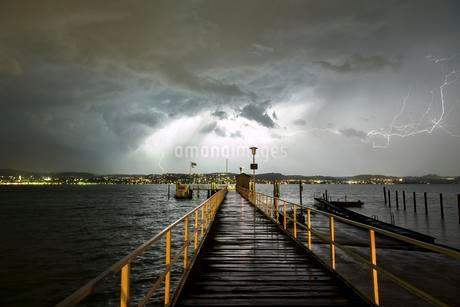 Thunderstorm with thunderbolt, jetty on Lake Constanceの写真素材 [FYI02340433]