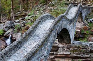 Stone arch bridge Ponte dei Salti, Verzasca Riverの写真素材 [FYI02340452]
