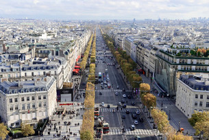 View from the Arc de Triomphe, Avenue des Champs-Elyseesの写真素材 [FYI02340462]