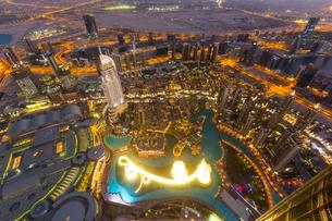 View from Burj Khalifa observation deck, Dubai Fountainの写真素材 [FYI02340473]
