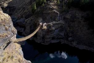 Last useable Inca hanging bridge, rope bridge made ofの写真素材 [FYI02340475]