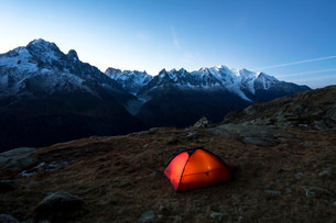 Tent in the morning, view of Mont Blanc, Chamonix, Alpsの写真素材 [FYI02340481]