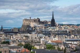 View over city of Edinburgh, with Edinburgh Castleの写真素材 [FYI02340488]