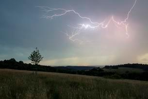 Thunderstorm with multiple thunderbolts, near Lahr in theの写真素材 [FYI02340496]