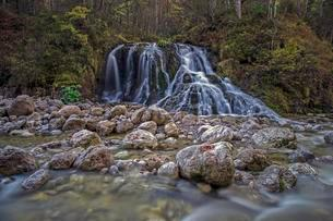 Waterfall on Schwarzlofer mountain stream, Seegatterlの写真素材 [FYI02340501]