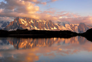 Mont Blanc massif in the evening light reflected in Lac deの写真素材 [FYI02340513]