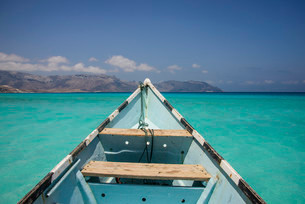 Fishing boat in the turquoise waters in Shuab Bay, islandの写真素材 [FYI02340518]