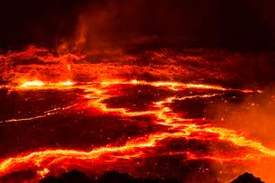 Glowing lava lake with eruptions at night, crater of theの写真素材 [FYI02340536]