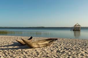 Dugout canoe on a sandy beach, Masoala Peninsulaの写真素材 [FYI02340562]