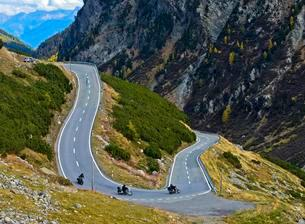 Motorcycles in a hairpin curve on mountain road, Fluelaの写真素材 [FYI02340580]