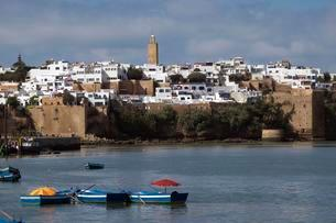 Town with Kasbah of the Udayas by the river Bouregregの写真素材 [FYI02340587]