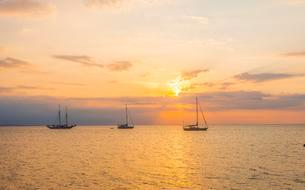 Sunrise, sailboats in the sea, Lovina Beach, Baliの写真素材 [FYI02340596]