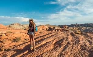 Woman hiking in the Valley of Fire State Park, Nevada, USAの写真素材 [FYI02340618]