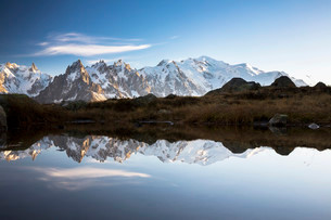 Evening light at Lac de Chesserys with mountains behind ofの写真素材 [FYI02340638]