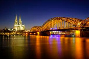 Cologne Cathedral with Hohenzollern Bridge over the Rhineの写真素材 [FYI02340643]
