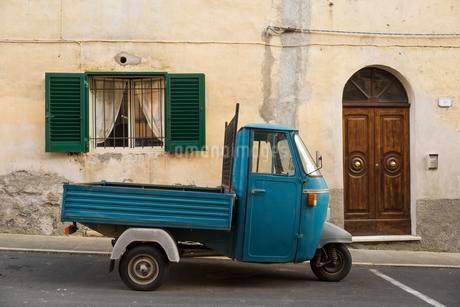 Typical Italian Tricycle Piaggio Ape parked in an alleyの写真素材 [FYI02340659]