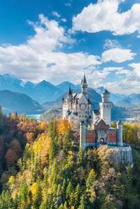 Neuschwanstein Castle in autumn, Alpsee behind, Schwangauの写真素材 [FYI02340663]