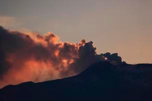 Red smoke cloud over the peak of Mount Etna, sunsetの写真素材 [FYI02340669]