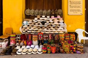 Hats and baskets on sale for tourists, Cartagena de Indiasの写真素材 [FYI02340677]