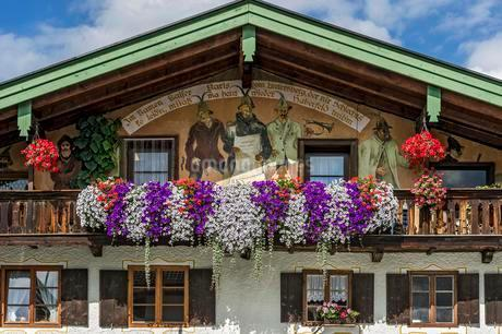 Farmhouse with Luftlmalerei wall paintings and floralの写真素材 [FYI02340687]