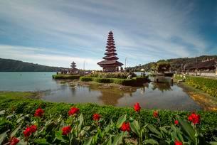 Buddhist water temple Pura Ulun Danu Bratan, Lake Bratanの写真素材 [FYI02340688]