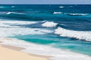 Surf, waves on the sandy beach, turquoise water, Elbow Cayの写真素材 [FYI02340695]