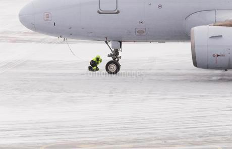 Aircraft check in winter on snow-covered runway, Gardermoenの写真素材 [FYI02340697]