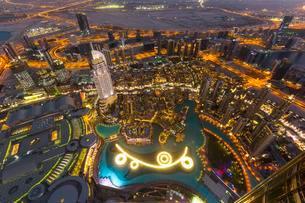 View from Burj Khalifa observation deck, Dubai Fountainの写真素材 [FYI02340705]
