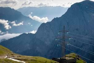 Power Line, Torscharte, 2246m, Hagengebirge on the leftの写真素材 [FYI02340706]