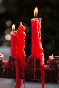 Burning red candles at Giant Wild Goose Pagoda Buddhistの写真素材 [FYI02340710]
