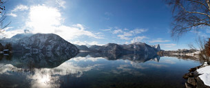 View across Mondsee lake with Schafberg hill, Mondseeの写真素材 [FYI02340712]
