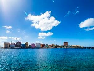 Colorful row of houses in Dutch-Caribbean colonial style onの写真素材 [FYI02340734]