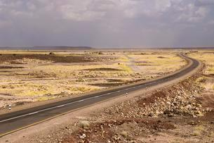New tarred road crossing the Danakil Depression, Afarの写真素材 [FYI02340740]
