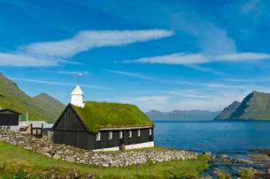 Old Faroese wooden church with a grass roof, Funningurの写真素材 [FYI02340750]