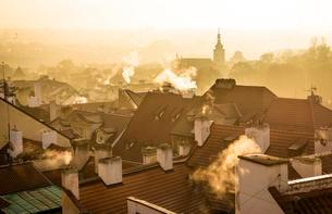 Morning atmosphere, roofs with smoking chimneys in fogの写真素材 [FYI02340751]