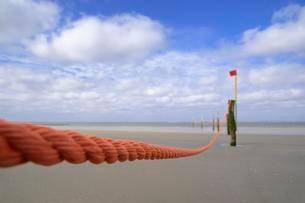 Orange barricade rope guarding bathing area, Norderneyの写真素材 [FYI02340792]
