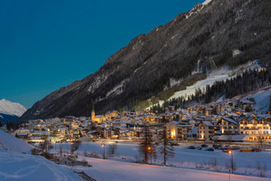 View of Ischgl, winter sports centre at night, Ischglの写真素材 [FYI02340799]