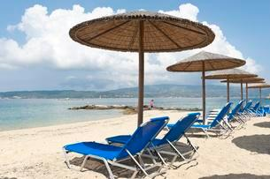 Parasols and empty deck chairs on sandy beach, Ammoulianiの写真素材 [FYI02340801]