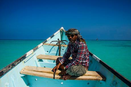 Socotran man sitting in fishing boat, Qalansia, island ofの写真素材 [FYI02340802]