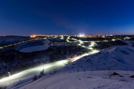Lit cross-country ski trail at night, with Kiruna, Laplandの写真素材 [FYI02340806]