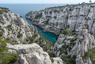 En Vau bay, Massif des Calanques, limestone cliffsの写真素材 [FYI02340813]