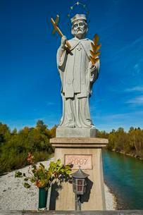 St. Johannes Nepomuk on the Isarbrucke bridge in Lenggriesの写真素材 [FYI02340816]