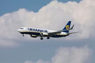 Ryanair, Airplane, in flight with cloudsの写真素材 [FYI02340833]