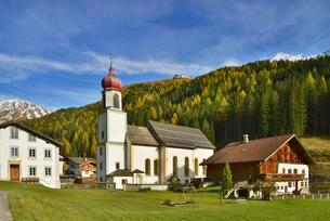 Townscape of Schmirn in autumn, Schmirn, Tyrol, Austriaの写真素材 [FYI02340836]