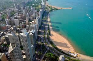 Chicago skyline and turquoise Lake Michigan, view from Johnの写真素材 [FYI02340853]