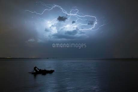Thunderstorm with lightning above Lake Constance, Bregenzの写真素材 [FYI02340854]
